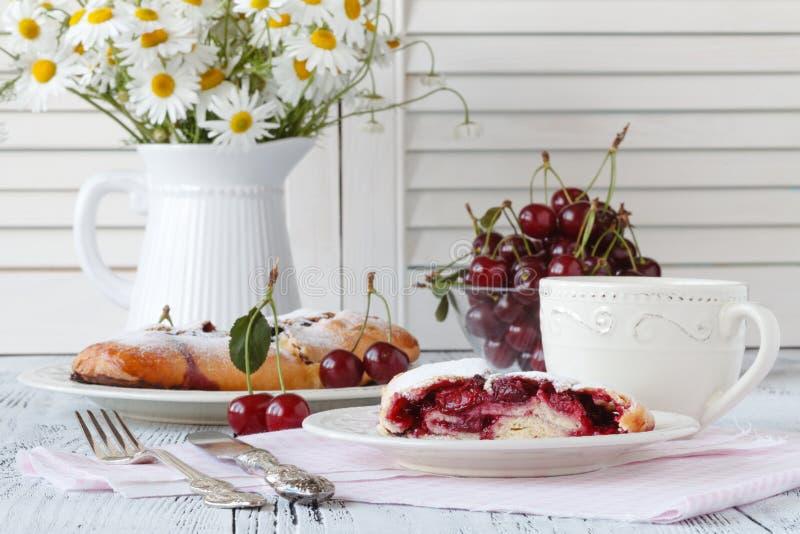 Fourchette découpant en tranches en morceau de gâteau au fromage de cerise photographie stock libre de droits