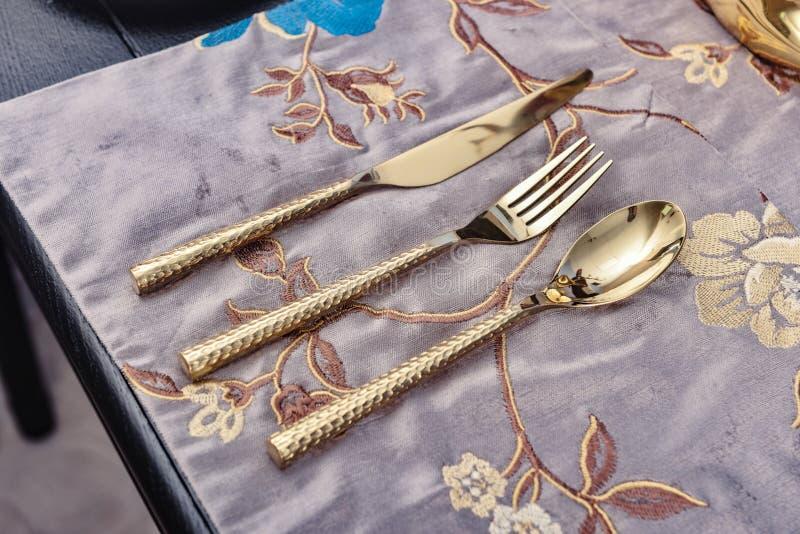 fourchette d'or de cuillère photographie stock libre de droits