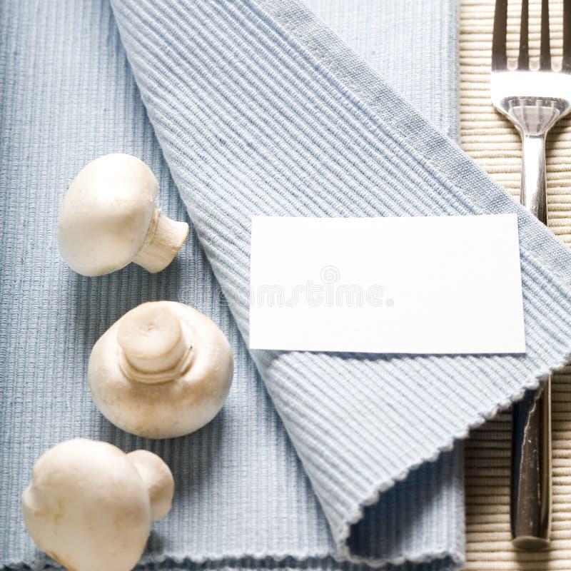 Fourchette et champignons de couche sur la serviette bleue images libres de droits