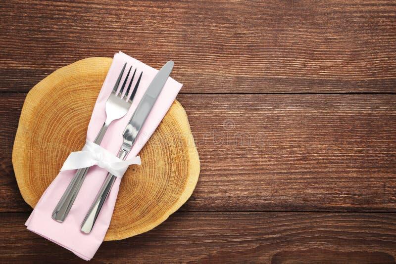 Fourchette et couteau avec la serviette images libres de droits