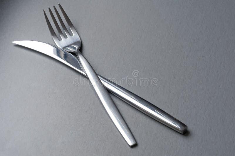 Fourchette et couteau croisés images stock
