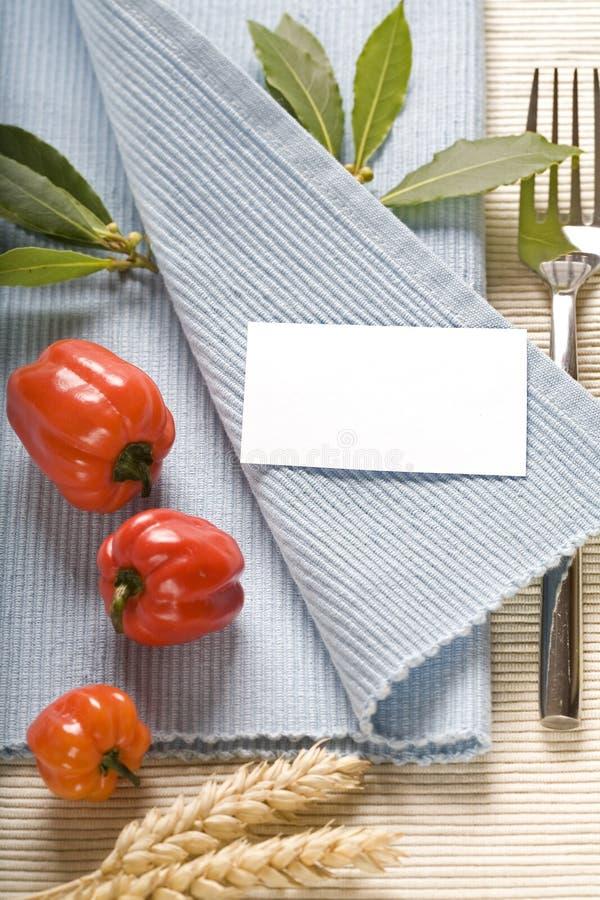 Fourchette et vegetabels sur la serviette bleue photo stock