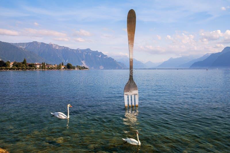 Fourchette géante dans l'eau du lac geneva Vevey, Suisse photos libres de droits