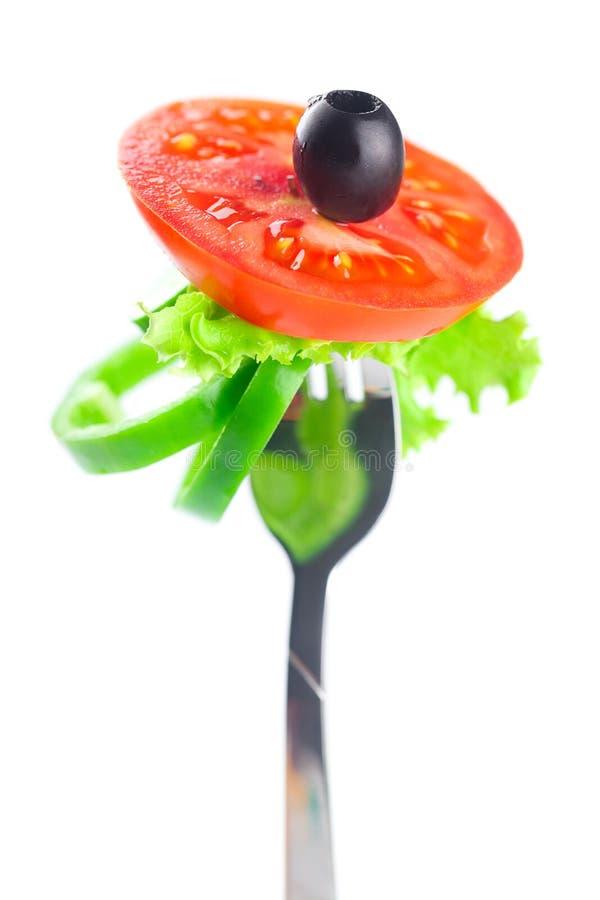 Fourchette, olive noire, laitue, tomate et poivre photos libres de droits