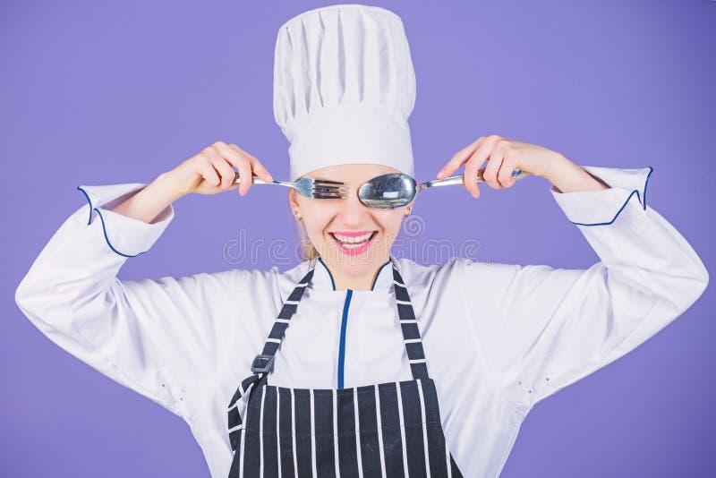 Fourchette professionnelle de cuill?re d'ustensile de prise de chef de femme ayant l'amusement Heure de manger App?tit et go?t Cu images libres de droits