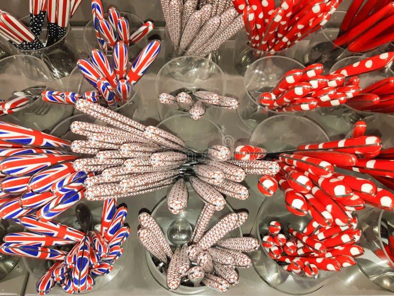 Fourchettes de coutellerie et couteaux décorés à vendre en vue photo stock