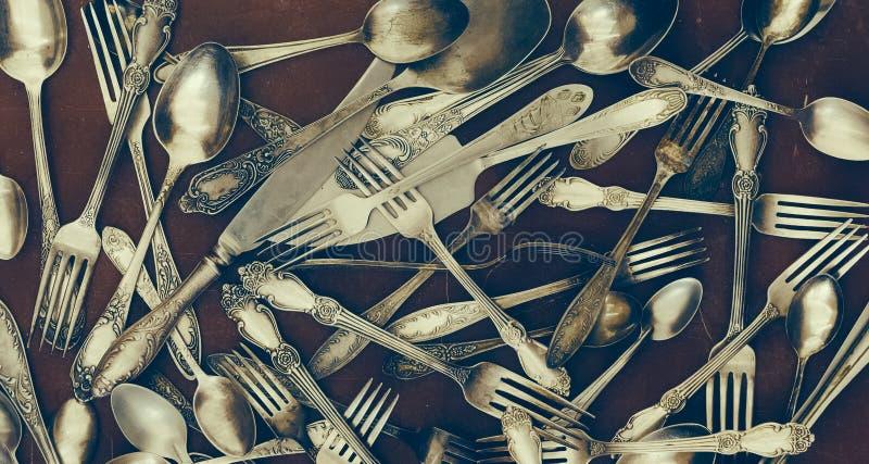 Fourchettes de vintage, cuillères et d'autres ustensiles image stock