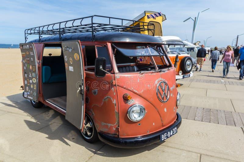 Fourgon classique de kombi de VW à la plage photos libres de droits