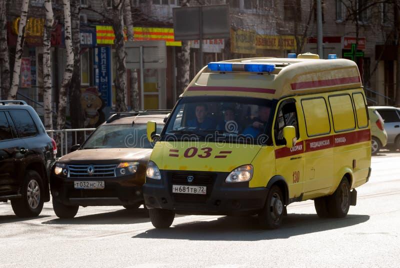 Fourgon d'ambulance sur la rue de Tyumen Russie photos stock