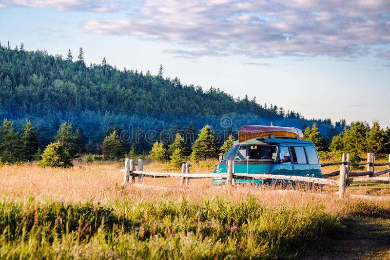 Fourgon et canoë de voyage de famille d'été de vacances sur le coucher du soleil photos libres de droits