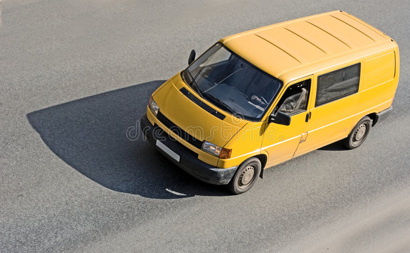 Fourgon jaune sur la route photo stock