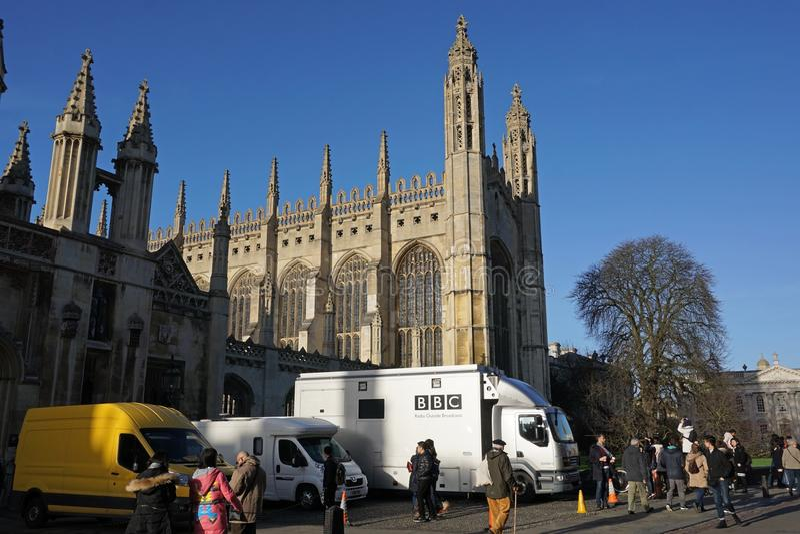 Fourgons de BBC en dehors de College Chapel, Cambridge du Roi photos libres de droits