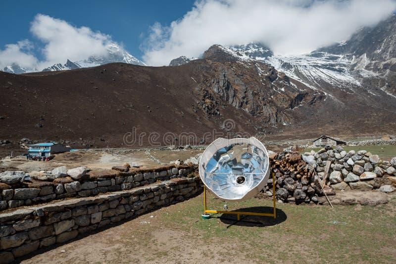 Fourneau à énergie solaire en montagnes du Népal photographie stock