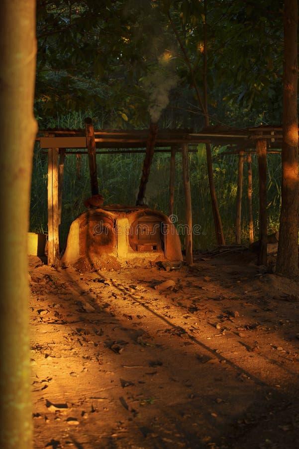 Fourneau brûlant en bois, bois de chauffage pour le chauffage de four, images stock