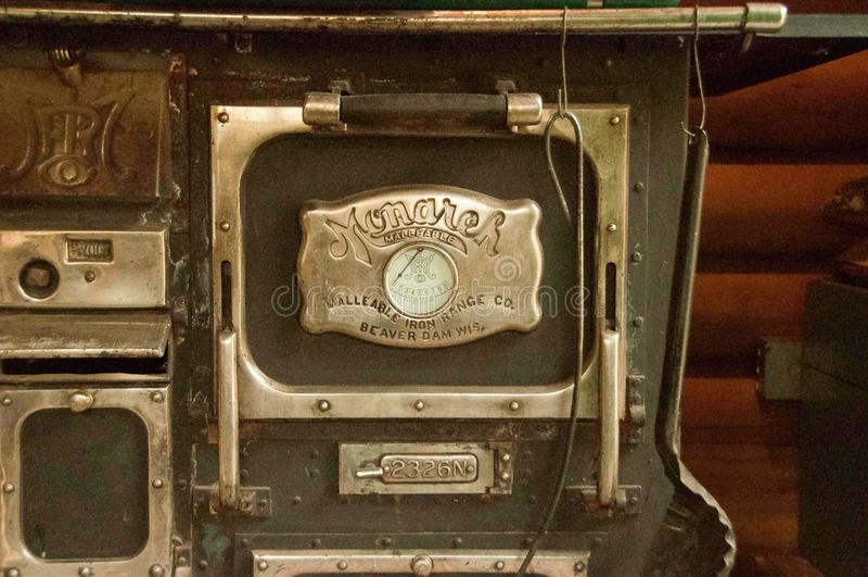 Fourneau brûlant en bois de vieille mode à l'intérieur d'a photographie stock