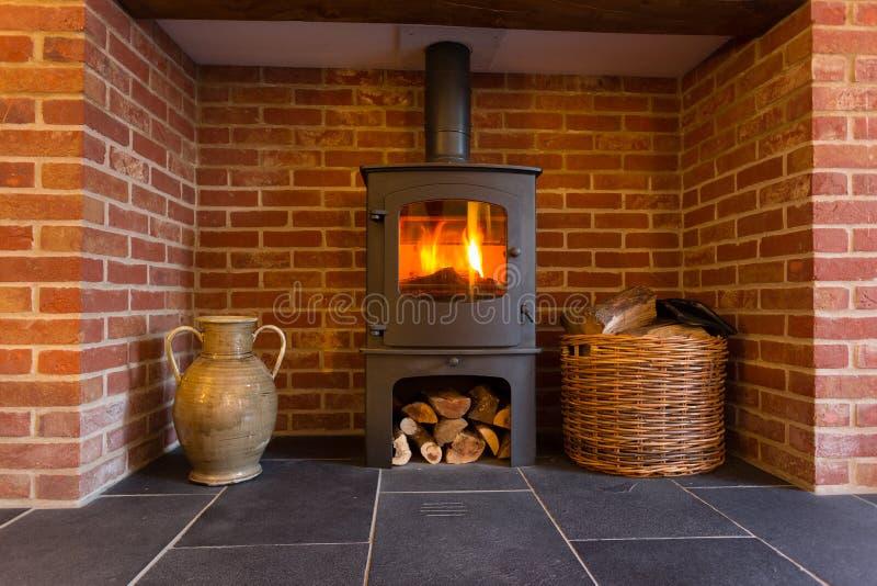Fourneau brûlant en bois en cheminée de brique photos stock