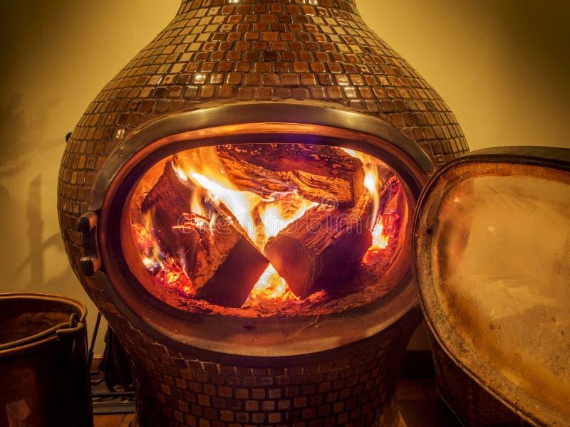 Fourneau en bois avec des rondins brûlant à l'intérieur photo libre de droits