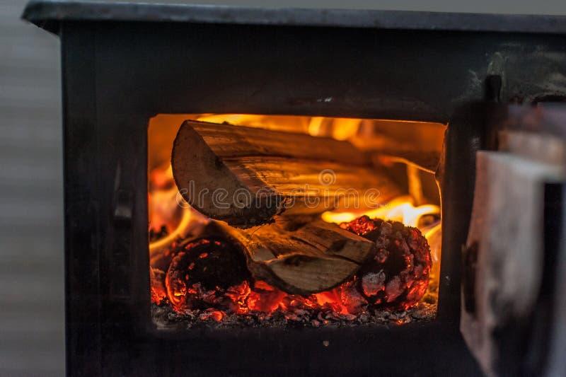 Fourneau en bois avec le feu brûlant à l'intérieur image stock