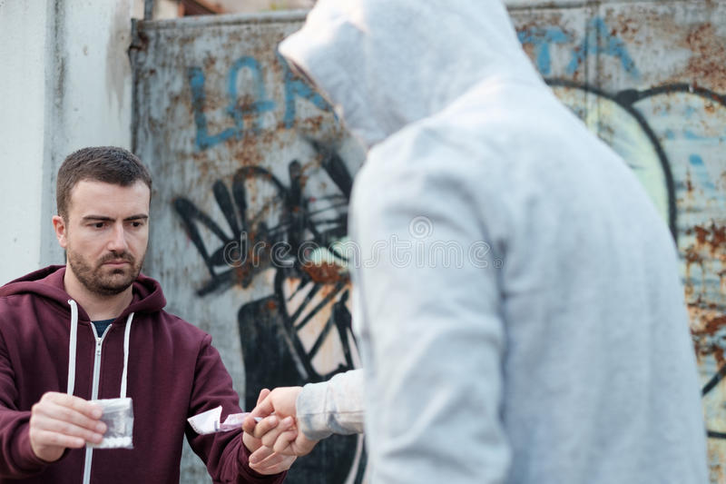 Fournisseur et toxicomane échangeant l'argent et la drogue images libres de droits
