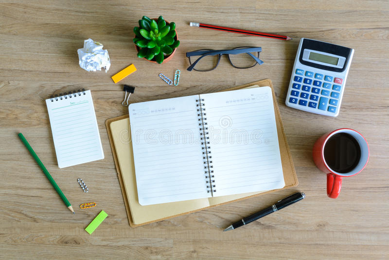 Fourniture de bureau et tasse de café sur le bureau photos libres de droits