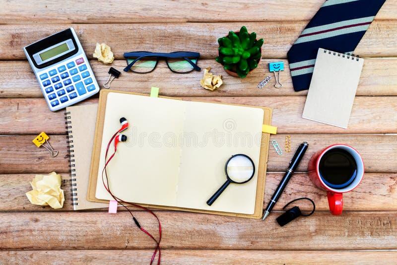 Fourniture de bureau et tasse de café sur le bureau images stock