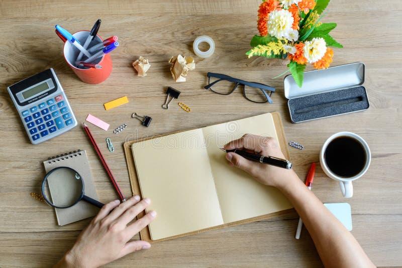 Fourniture de bureau et tasse de café sur le bureau photo libre de droits