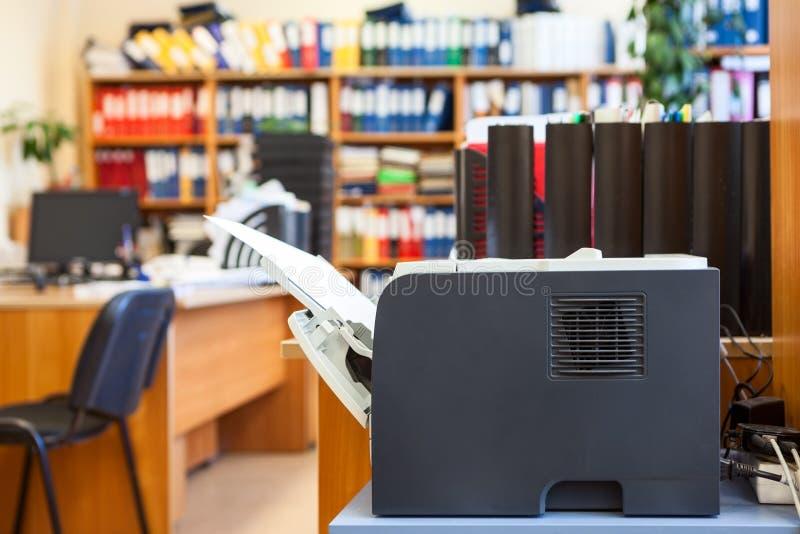 Fourniture de bureau : le dispositif d'imprimante est dans une salle d'entreprise vide photo stock
