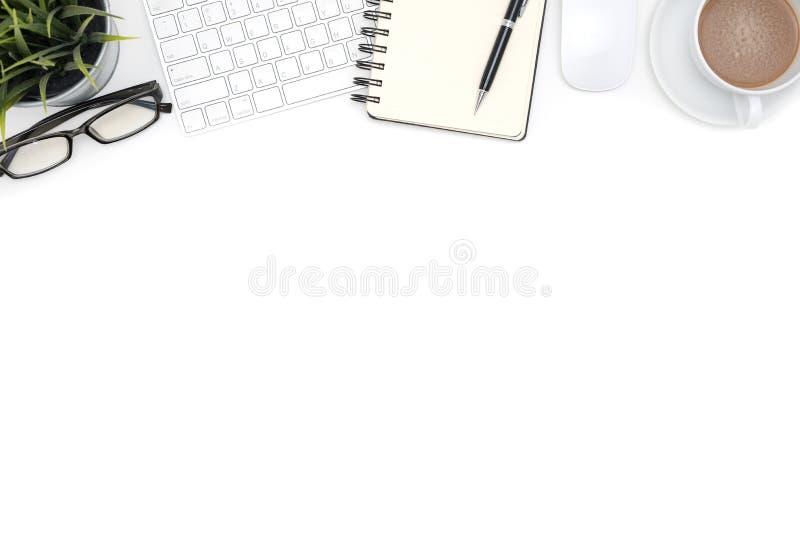 Fournitures de bureau avec l'ordinateur sur le bureau blanc photographie stock