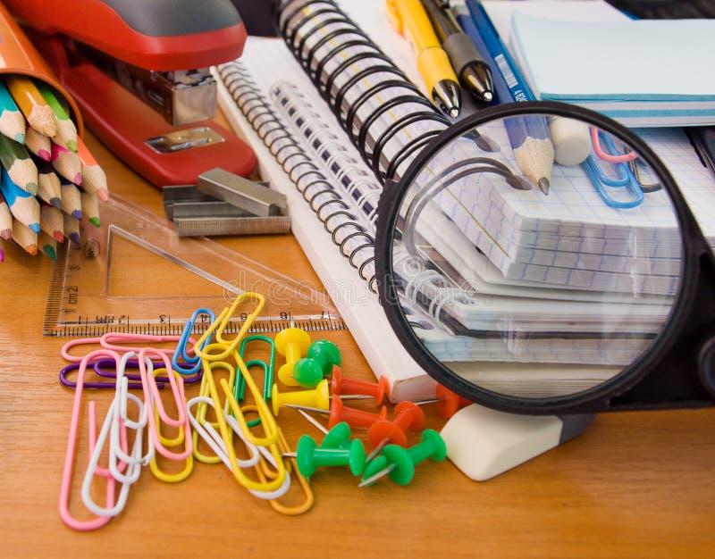 Fournitures de bureau d'école images stock