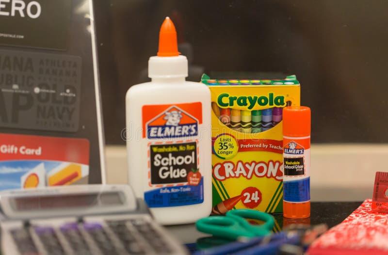 Fournitures de bureau d'école sur une table photos libres de droits