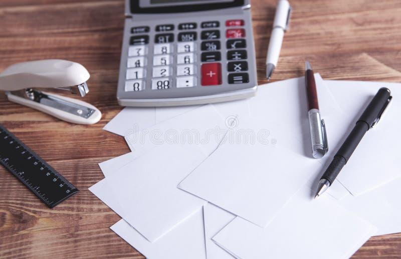 Fournitures de bureau sur la table photos libres de droits