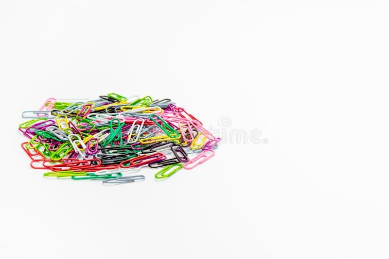 Fournitures de bureau de trombone de couleur photographie stock libre de droits