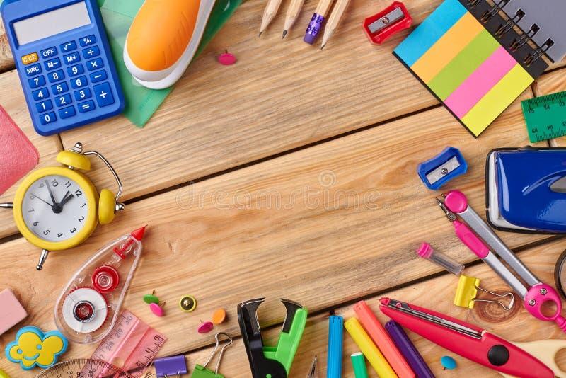 Fournitures scolaires assorties sur le Tableau en bois photographie stock