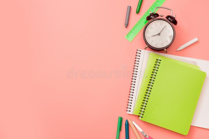 Fournitures scolaires colorées sur le rose en pastel Vue supérieure, configuration plate L'espace pour le texte photos stock