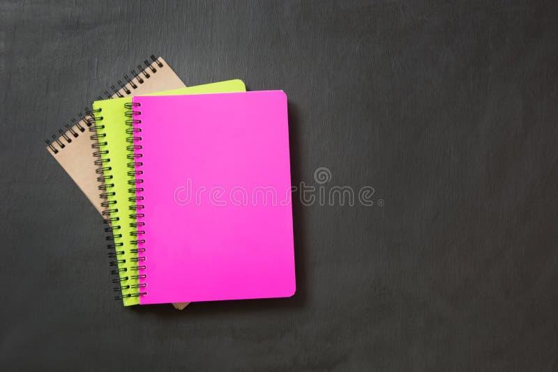 Fournitures scolaires colorées sur le tableau noir Vue sup?rieure, configuration plate photos libres de droits