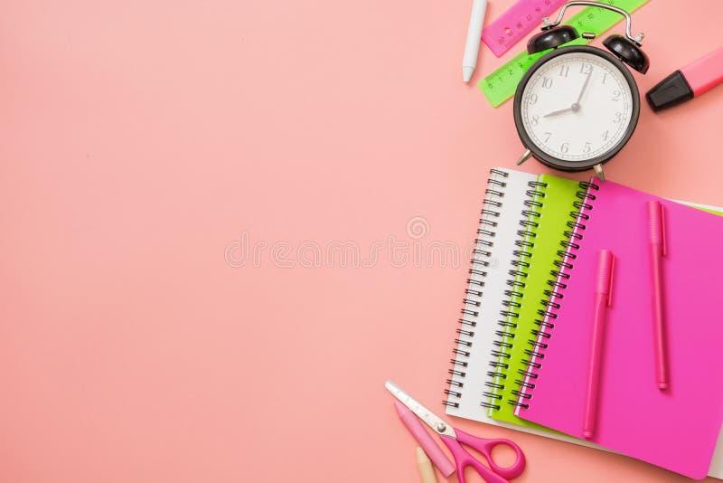 Fournitures scolaires color?es sur le rose en pastel Vue sup?rieure, configuration plate L'espace pour le texte photographie stock libre de droits