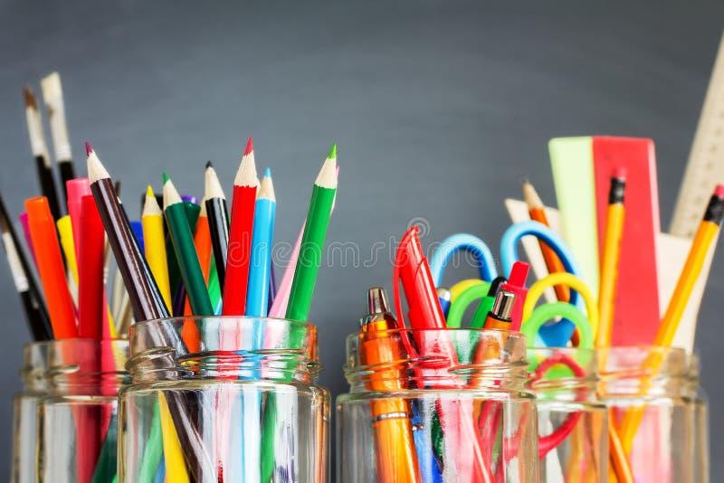Fournitures scolaires dans des pots photos libres de droits