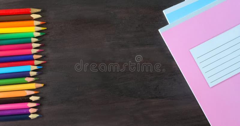 Fournitures scolaires et accessoires sur le fond de tableau noir Concept de nouveau ? l'?cole photographie stock