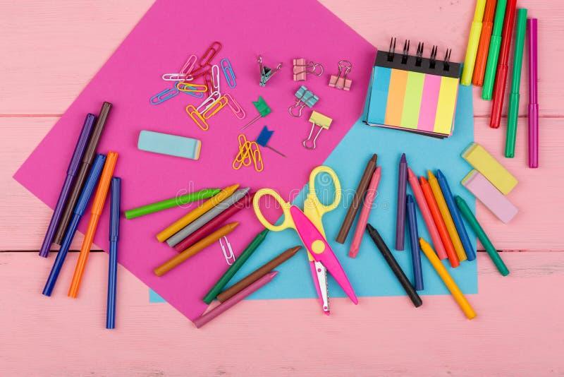 fournitures scolaires : marqueurs, crayons, papier rose et bleu, ciseaux, gomme et d'autres accessoires photographie stock libre de droits