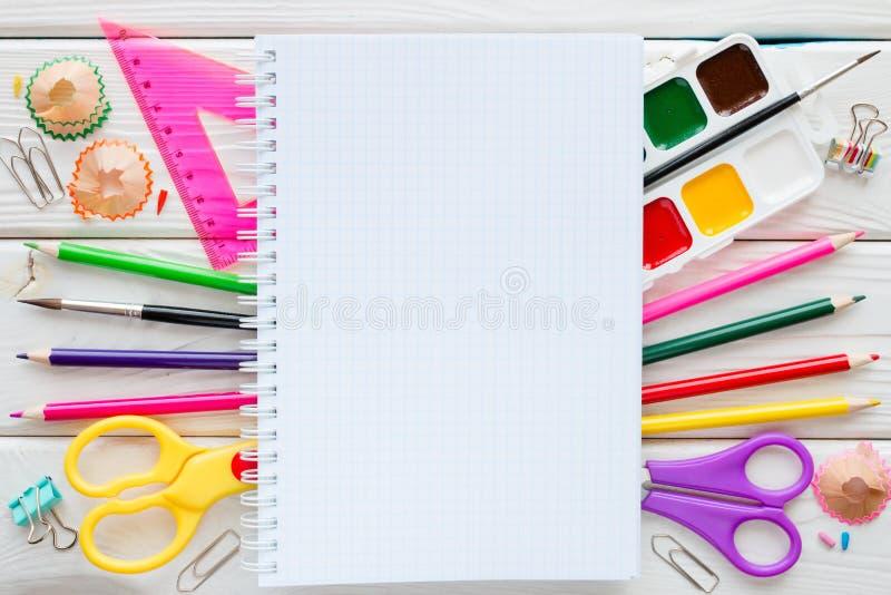 Fournitures scolaires, papeterie et espace pour le texte photos stock