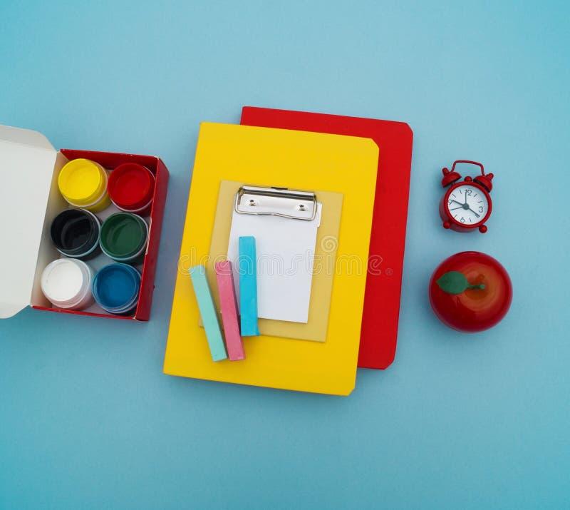 Fournitures scolaires sur le fond bleu De nouveau à l'école kindergarten image libre de droits