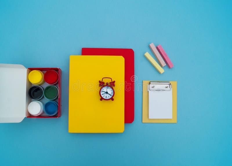 Fournitures scolaires sur le fond bleu De nouveau à l'école kindergarten image stock