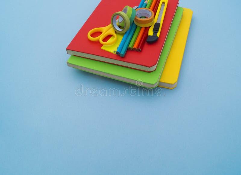 Fournitures scolaires sur le fond bleu De nouveau à l'école kindergarten photo libre de droits