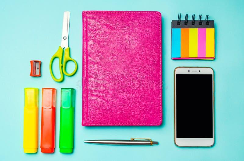 Fournitures scolaires sur un fond bleu lumineux, vue supérieure, concept d'éducation, bureau, bureau créatif d'école image stock