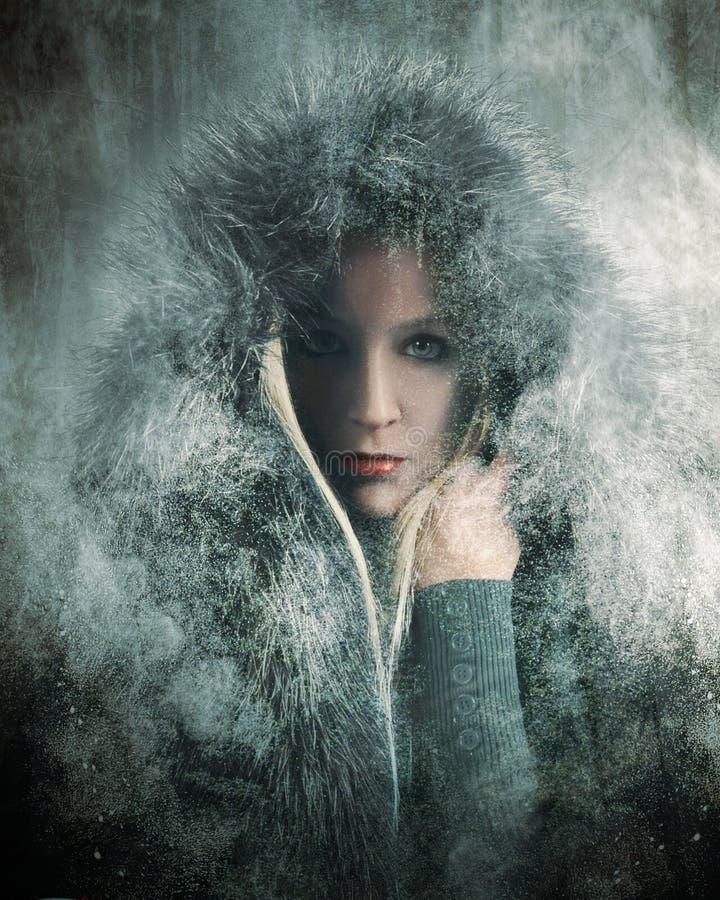 Fourrure de port de fille froide d'hiver dans la neige photos stock