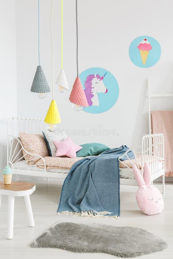 Fourrure grise devant le lit avec la couverture bleue dans la chambre à coucher moderne international photo libre de droits