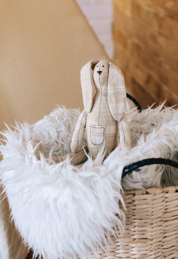 Fourrure intérieure de panier de jouet fait main mou de lapin images stock