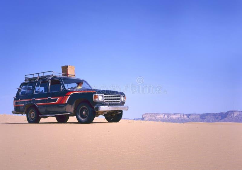 Fourwheeldrive in de woestijn die door vrouw drijven stock afbeeldingen