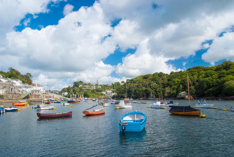 Fowey, Regno Unito - 24 marzo 2010: barche nel porto del mare sul cielo nuvoloso Velocità e barche a vela su acqua Estate fotografie stock libere da diritti