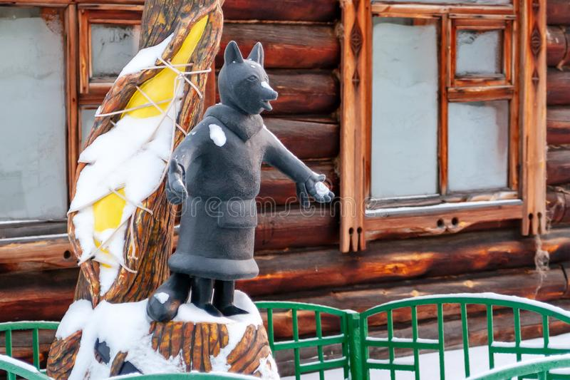Fox jest symbolem Surgut Rzeźba Fox w krajowej sukni zaludnia północ fotografia royalty free